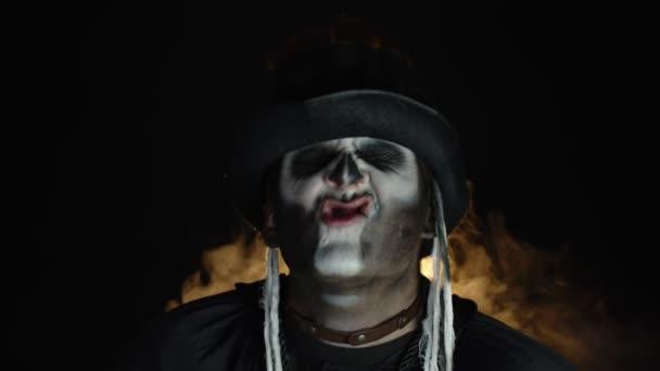Zlověstný, šílený muž s kostrbatým make-upem. Chlápek, co dělá rozzlobené obličeje, třese hlavou, ukazuje jazyk