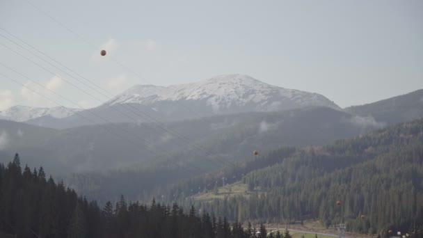 Výhled z výtahu na zasněžené pohoří, pramen