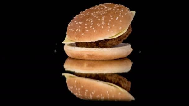 Malý hamburger pokrytý slunečnicovými semeny a plněné vepřovým Hamburgem a kozí sýrem dokonale padajícím.