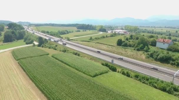Nákladní automobily, auta a jiná vozidla, která řídí dopravu do konečného místa určení. Dálnice je umístěna v úžasných prostředích..