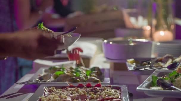 Hladový Host pomalu dává lahodné a krásně zdobené jídlo na talíř.