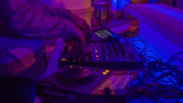 DJ keveri a különböző források a már meglévő zenei felvételek élő közönség egy esti rendezvény.