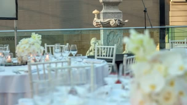atemberaubende Szenerie einer Hochzeitsfeier, die in wenigen Minuten beginnen wird. Alles ist in schönem Weiß dekoriert, um die Gäste zu erfreuen.
