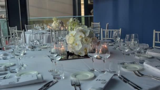 moderne Dekoration des Platzes mit wunderschönem Orchideenstrauß bereit für die Hochzeitsfeier.