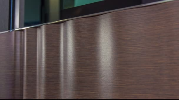 Schöner und eleganter Stil der braunen Holzeingangstür.