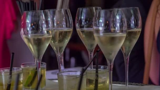 ein paar Gläser mit kaltem und frischem hochwertigem Champagner und ein weiteres Gläser voll geschmackvoller Liköre mit Eis.