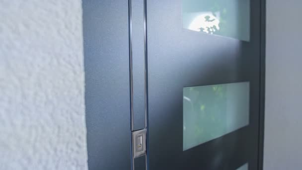 Wenn ein Geschäftsmann einen Knopf drückt, erscheint der Griff und er geht durch die Tür.