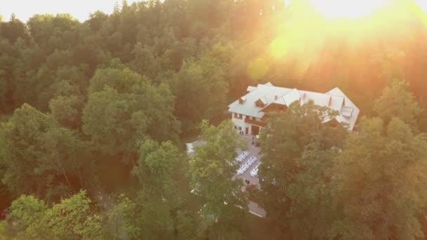 Wunderbares riesiges Haus auf dem Hügel, umgeben von Wald