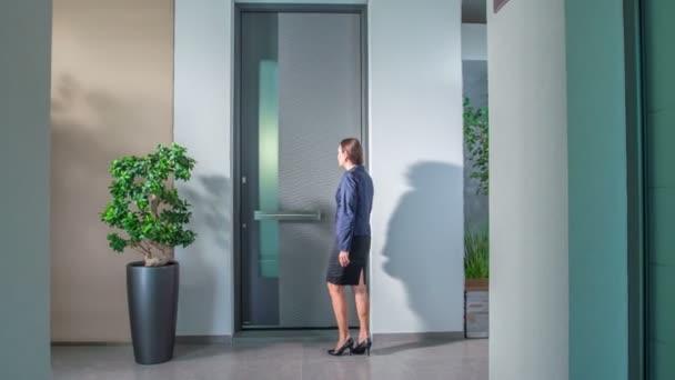 podnikatelka dotýkající se předních dveří v obchodě