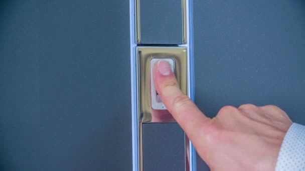 Dotýká se dveří a podle otisku prstů se dveře otevřou..