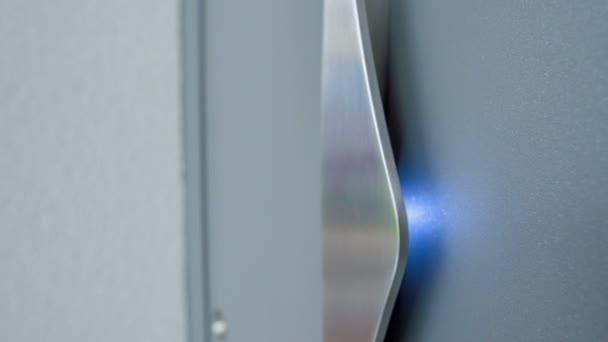 Nahaufnahme der Oberfläche einer modernen Tür im Geschäft