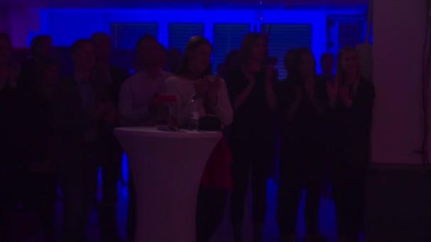 Zalec, Slovinsko-1. Prosinec 2017 diváci tleskají, když show skončí. Místnost je plná lidí a je tmavá.