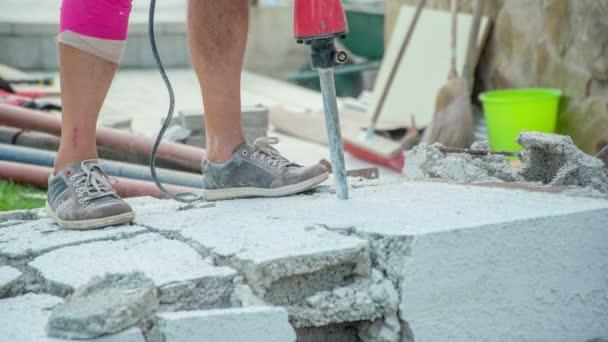 Jackhammerův dláto snadno bourat stěnu na menší kousky. Tím se zjednoduší jejich odnášení na skládku.