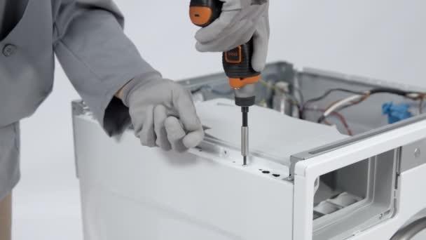 Schraube mit kleinem handlichen Elektrobohrer am Seitengehäuse der Waschmaschine abschrauben.