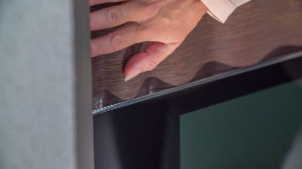 berührt eine Frau die Oberfläche von etwas. sie bewegt sich mit ihren Fingern sehr sanft.