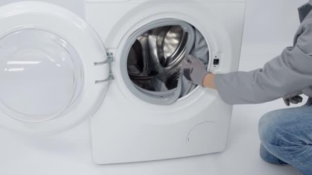 A szerelőt fog ki a mosógép gumi, mint ő fogja kijavítani a készüléket.