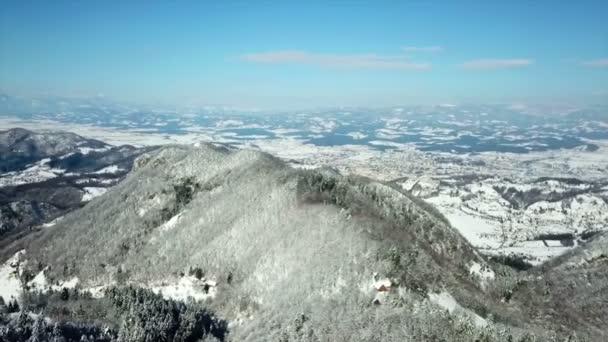 Hügel und Berge sind mit Schnee bedeckt. Luftaufnahme. der Tag ist sonnig und die Menschen verbringen ihre Zeit im Freien.