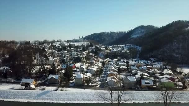 ein Stadtteil, der an einem Hügel liegt. Es ist Winterzeit. Luftaufnahme. der Tag ist klar und doch kalt.