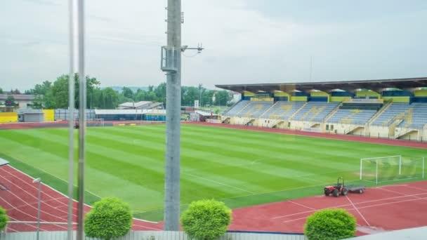 Ein großes Sportstadion. Dieses Stadion ist für verschiedene Anlässe gedacht.