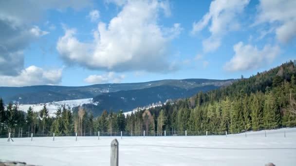 A föld nagy részét hó borította. Tél van. Ragyog a nap..