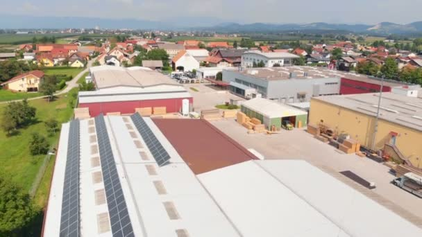 Můžeme vidět vesnici a továrnu na kraji vesnice. Je opravdu hezký den. Letecký snímek.