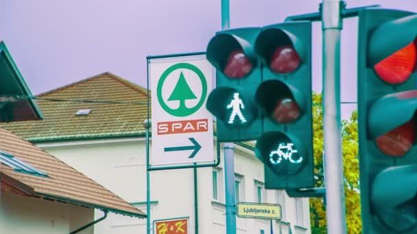 Světla na křižovatce jsou zelená.