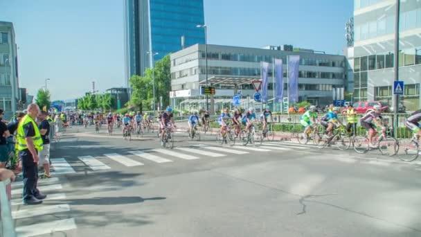Mnoho profesionálních cyklistů se účastní turnaje.