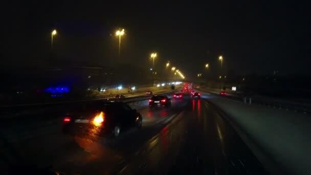 noční záběry aut jedoucích po dálnici
