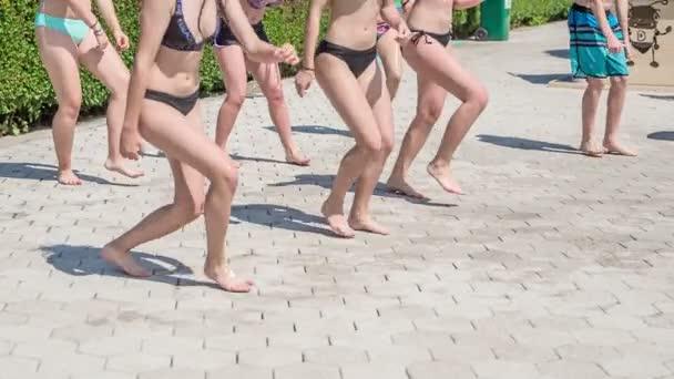 DOMZÁLIA, SZLOVÉNIA - 20. Június 2015 A tinédzserek néhány király táncmozdulatot gyakorolnak a fürdőruhában. A medencénél töltik a napjukat..