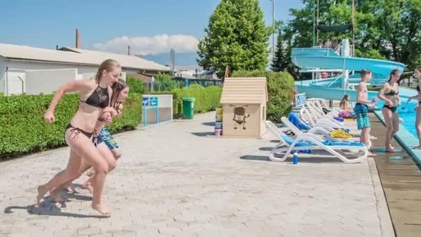 DOMZÁLIA, SZLOVÉNIA - 20. Június 2015 Három diák készül ugrani a vízbe ugyanabban az időben. Nyár van..