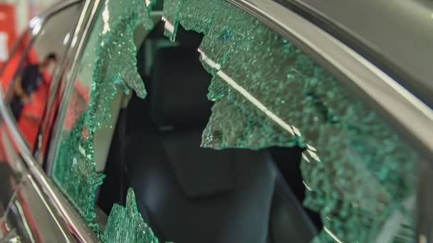 Nahaufnahme von professioneller Reparatur von Autoscheiben