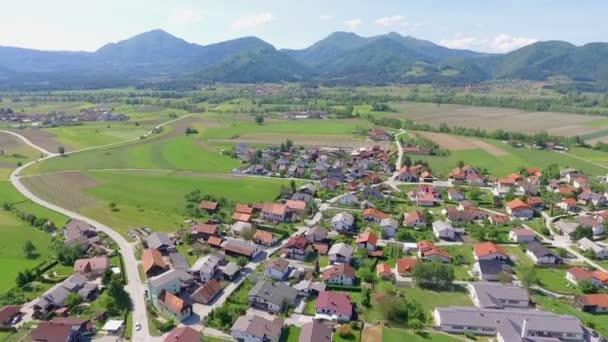 ZALEC / CELJE, SZLOVÉNIA - 18. Május 2017 Egy kis város Zalec közepén található Szlovénia és vannak parkok, mezők és dombok a háttérben is.