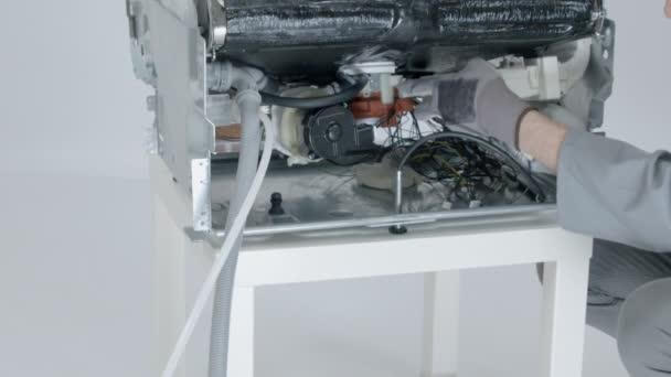 Nahaufnahme einer Waschmaschine im Service-Center