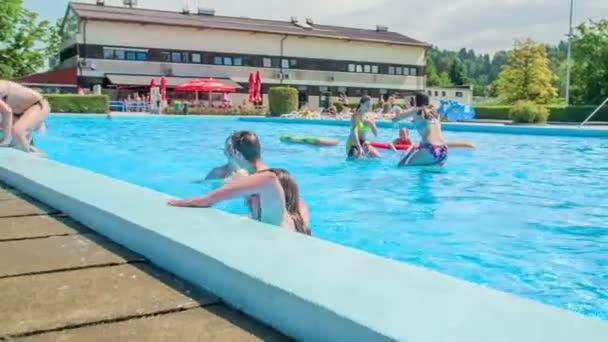 DOMZÁLIA, SZLOVÉNIA - 20. JÚNIUS 2015 Végeztek az úszással és kimennek a vízből. Szép napsütéses napunk van..