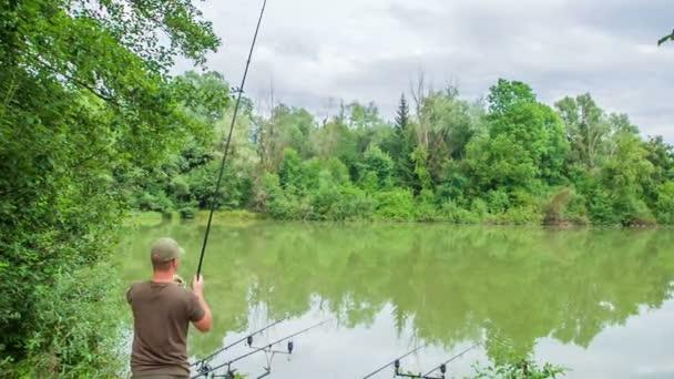 Egy halász horgászbotot teker, mert kifogott egy halat..