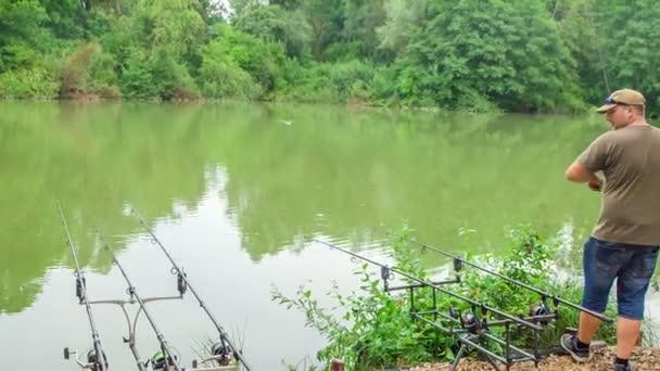 Egy halász sikeres horgászás közben, és most felteker egy horgászbotot, mert kifogott egy halat egy horogra..