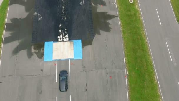 Auto jede po velmi kluzké silnici a pak se začne pohybovat doleva a doprava.