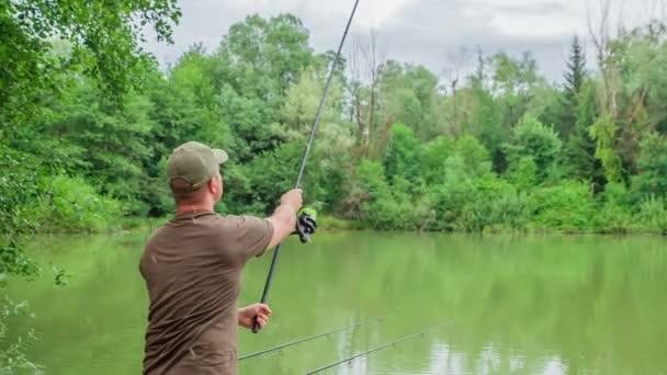 Egy halász egy horgászbotot dob nagyon messzire a vízbe..