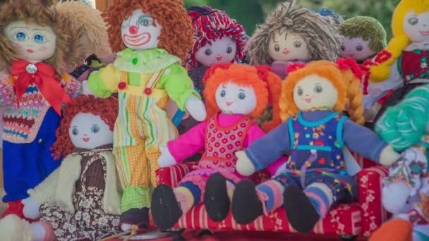 DOMZALE, SLOVINSKO -17. Června 2018 Unikátní panenky pro dívky. Stojí tam na stole..