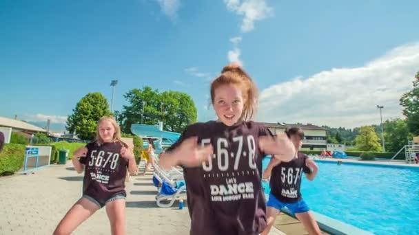 DOMZÁLIA, SZLOVÉNIA - 20. Június 2015 Táncosok végre néhány kihívást jelentő tánc koreográfia, amikor végre egy úszó üdülőhely. Meleg nyári nap van..