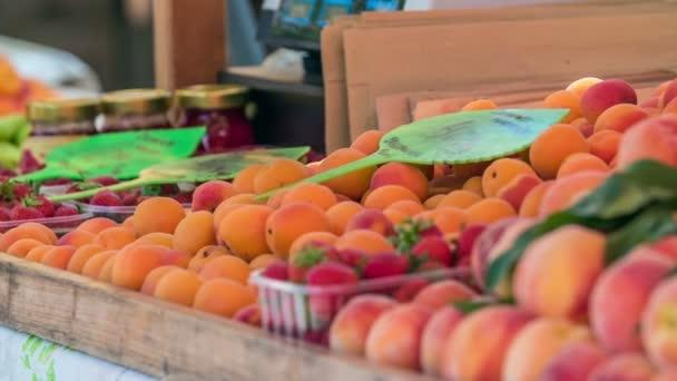 Na stánku s jídlem je spousta různých druhů ovoce..