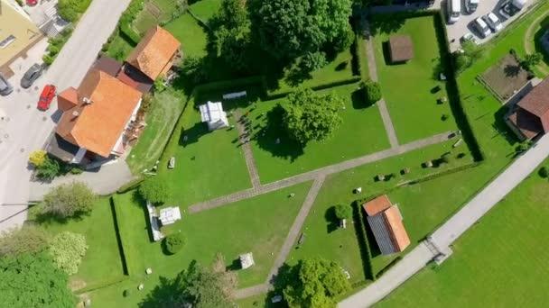 ZALEC / CELJE, SZLOVÉNIA - 18. MÁJUS 2017 Egy régi római nekropolisz felemelt domborzati térképe Szlovéniában. Tavasz van és minden zöldnek tűnik..