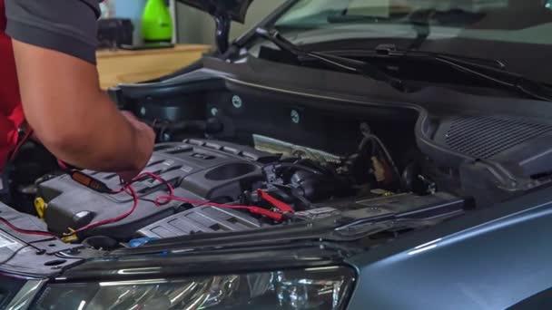detailní záběry profesionální opravy automobilového skla
