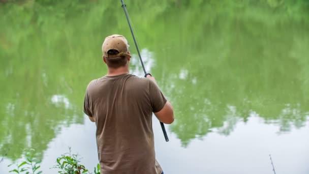 Egy halász horgászik a tónál. Türelmesen várja, hogy az összes hal kifogja a horgot..