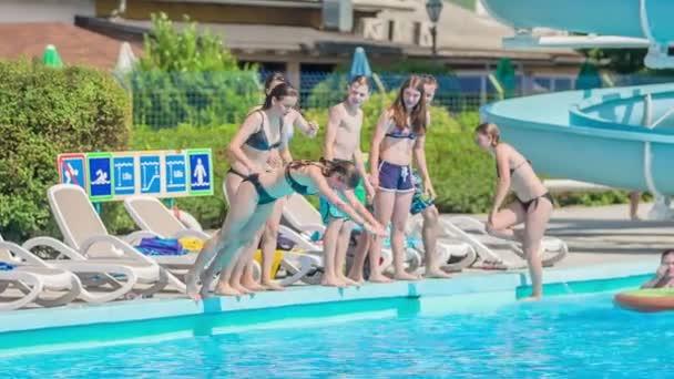 DOMZÁLIA, SZLOVÉNIA - 20. Június 2015 Néhány tizenéves tudja, hogyan kell ugrani egy medence nagyon elegánsan. Élvezik a szabadban töltött időt..