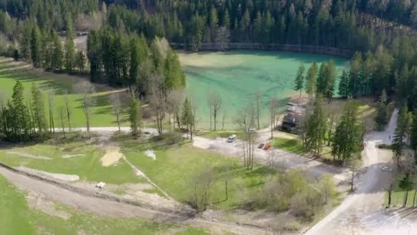 Nádherné křišťálově modré jezero a zelená příroda. Letecký snímek.