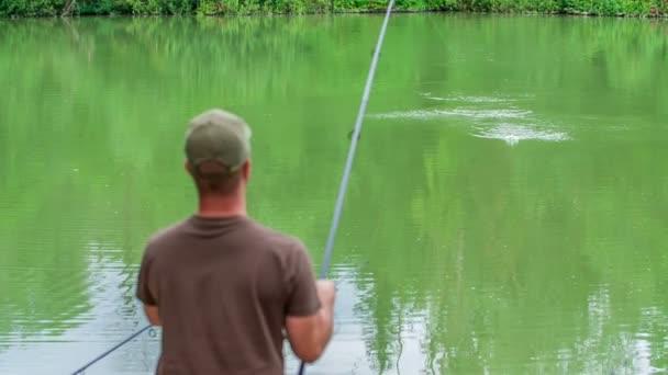 Egy halász kihúz egy horgászbotot, mert kifogott néhány halat, és el akarja vinni a bankba..