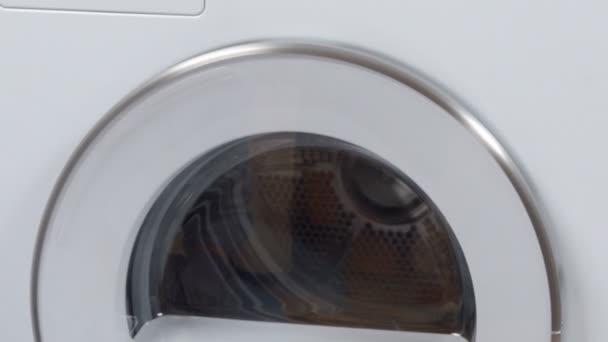 közeli felvétel mosógépekről a szervizközpontban