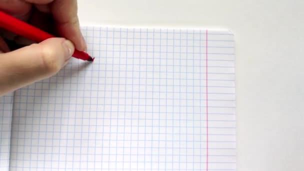 Levá Evropská žena píše červeným značkám v poznámkovém bloku s levou rukou frázi Hello!