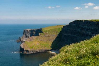 Irlanda, le Scogliere di Moher. Sono impressionanti e suggestive scogliere a picco sul mare situate vicino al villaggio di Doolin sulla costa occidentale del Clare, contea della Repubblica d'Irlanda